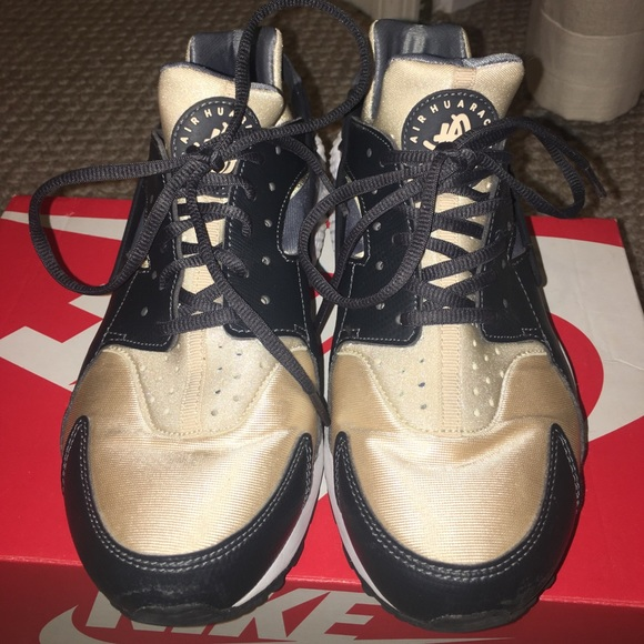 online store fb095 10990 black and gold nike huaraches